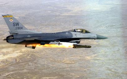 Samolot wielozadaniowy Lockheed F-16 odpala pocisk AGM-65 Maverick. Fot./USAF.