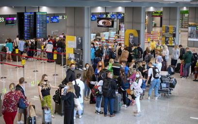 Lotniska: Przez procedury sanitarne nie nadążamy z obsługą pasażerów