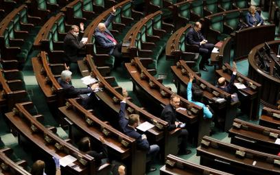 W Sejmie oficjalnie i nieoficjalnie mówi się o kolejnych możliwych transferach do Porozumienia