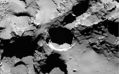 Sonda przesłała na Ziemię zdjęcia nietypowych regularnych otworów na powierzchni komety