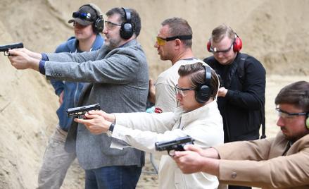 Posłowie Konfederacji z sympatykami podczas treningu strzeleckiego w Sopocie