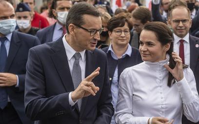 Premier Mateusz Morawiecki i Swiatłana Cichanouska po wizycie na Uniwersytecie Warszawskim
