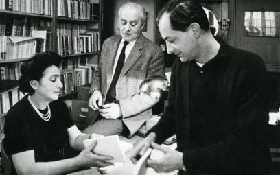 """Maisons-Laffitte, 1965 r. Redaktor paryskiej """"Kultury"""" Jerzy Giedroyc ze współpracownikami: Zofią He"""