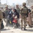 Brytyjscy i amerykańscy żołnierze nadzorujący ewakuację na lotnisku w Kabulu