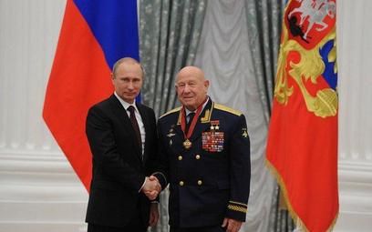 """Pięć lat temu na Kremlu: prezydent Putin wręcza kosmonaucie Leonowowi medal """"Za zaslugi dla Ojczyzny"""
