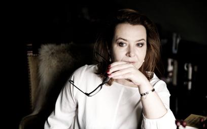 """Elżbieta Cherezińska w swoich historycznych powieściach z cyklu """"Odrodzone królestwo"""" opisuje losy w"""