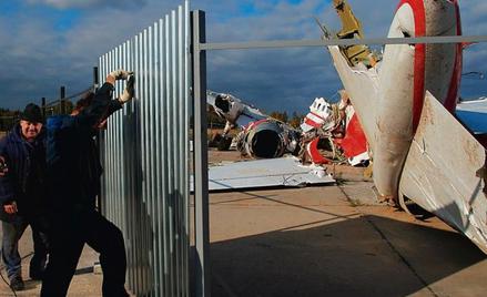 Wrak tupolewa miesiącami leżał na lotnisku bez żadnych zabepieczeń. Rosjanie ogrodzili go po licznyc