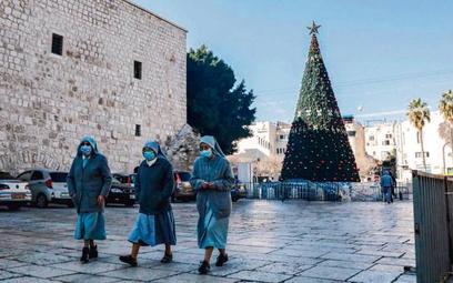Betlejem, 25 grudnia. Zakonnice na głównym placu Żłóbka w drodze na mszę do Bazyliki Narodzenia Pańs