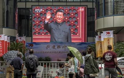 Prezydent Xi Jinping pozdrawia z ulicznego ekranu z okazji 70-lecia Chin Ludowych