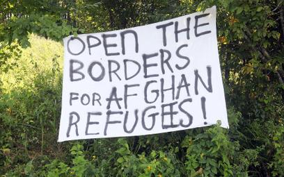 Transparent rozwieszony przez aktywistów w pobliżu miejscowości Usnarz Górny.