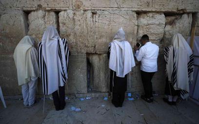 Ortodoksyjni Żydzi przed Ścianą Płaczu