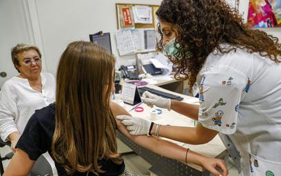 Koronawirus. Izrael: Rośnie liczba zakażeń, przyspieszają szczepienia