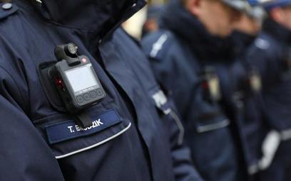 Policyjne nagrania z kamerki najczęściej dokumentują zniewagę i napaść na policjanta.