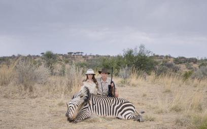 """Jednym z etapów """"przygody"""" pokazanych w filmie Ulricha Seidla """"Safari"""" jest robienie sobie zdjęcia z"""