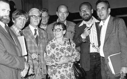 Ikoną protestów była Anna Walentynowicz w swoich okularach i skromnej sukience, pojawiająca się w te