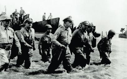 Gen. Douglas MacArthur na brzegu zatoki Leyte na Filipinach, 20 października 1944 r. Generał obiecał