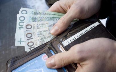 Przeciętne miesięczne wynagrodzenie w Polsce wzrosło w ub.r. o 4,2 proc., do niemal 3900 zł brutto.