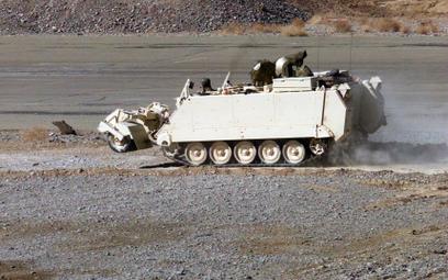 Nowe zrobotyzowane pojazdy mają bazować na popularnych M113. Na zdjęciu transporter podczas oczyszcz