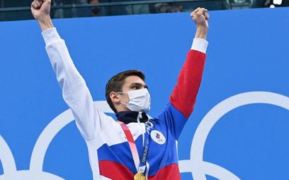 Rosyjski pływak Jewgienij Ryłow na podium po zwycięstwie na 100 m stylem grzbietowym