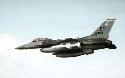 Pocisk AGM-84 Harpoon podwieszony pod skrzydłem F-16C podczas prób na początku lat 90. Fot./USAF.