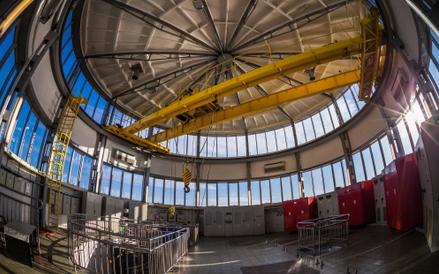 Wnętrze hali głównej Grubej Kaśki. Gruba Kaśka jest ustawionym w korycie Wisły ujęciem wody spod dna
