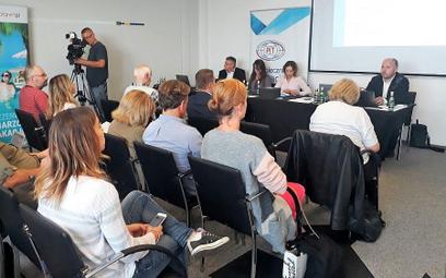 Andrzej Kindler (w głębi pierwszy z prawej) przedstawił raport na konferencji prasowej