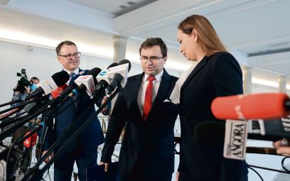 Arkadiusz Czartoryski, Zbigniew Girzyński (w środku) iMałgorzata Janowska pokonferencji prasowej,