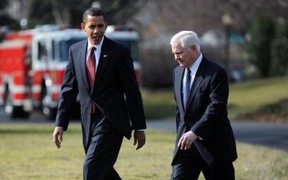 Prezydent USA Barack Obama (z lewej) i sekretarz obrony Robert Gates