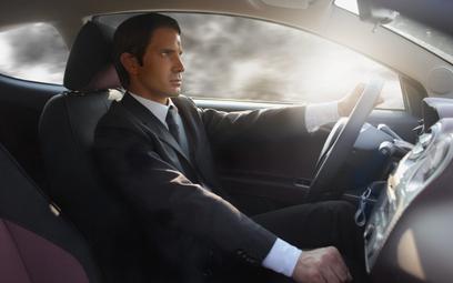 Firmy coraz częściej dają pracownikom auta służbowe
