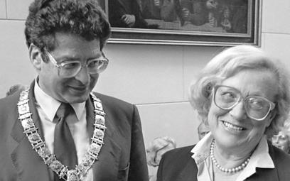 Burmistrz Amsterdamu Ed van Thijn wręcza Idzie Fink Nagrodę Literacką im. Anny Frank, wrzesień 1985