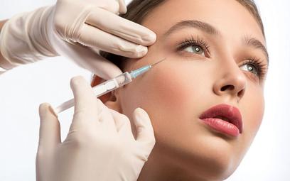 Ryzykowne zabiegi upiększające u kosmetyczek - lekarze i prawnicy chcą regulacji prawnych