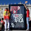 Poniedziałkowy protest przed Pałacem Królewskim w Madrycie przeciw restrykcjom związanym z pandemią