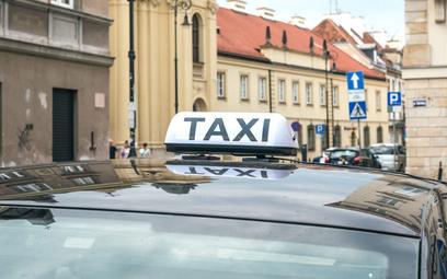 Branża taxi wreszcie odbija po lockdownach. Popyt nie wrócił jeszcze do poziomów sprzed pandemii, al