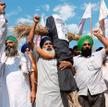 Rolnicy protestujący 4 października w Amritsarze w stanie Pendżab nieśli kukły czołowych polityków