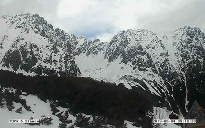 Dwóch młodych turystów spadło z dużej wysokości w rejonie Zawratu. W wyższych partiach Tatr wciąż pa