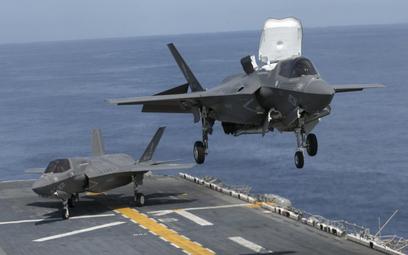 F-35B z dywizjonu VMFA-121 przygotowuje się do lądowania na pokładzie okrętu desantowego USS Wasp (L