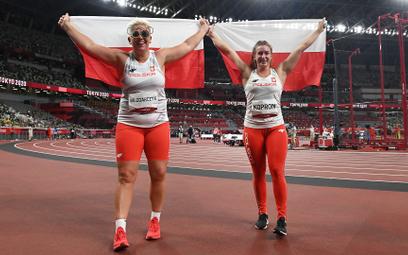 Runda honorowa Anity Włodarczyk i Malwiny Kopron na olimpijskim stadionie w Tokio