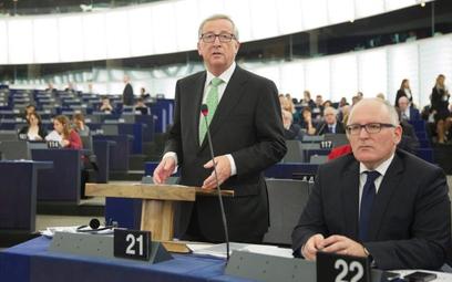 Szef Komisji Europejskiej Jean-Claude Juncker i jego zastępca Frans Timmermans czekają na ostateczny