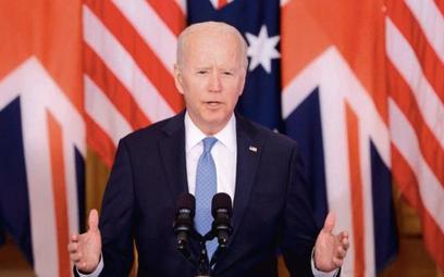 Prezydent Joe Biden ogłasza porozumienie na tle flag sojuszników: USA, Wielkiej Brytanii, Australii