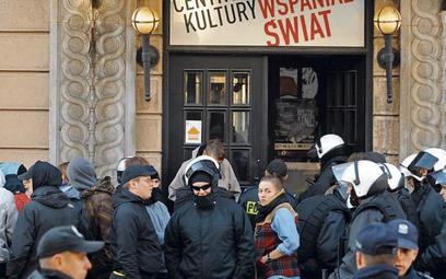 Uciekając przed policją, niemieccy anarchiści schronili się w kawiarni Nowy Wspaniały Świat prowadzo