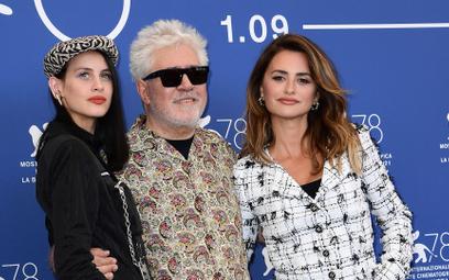 """Pedro Almodóvar z aktorami swojego najnowszego filmu """"Madres paralelas"""" - Mileną Smit i Penélope Cru"""