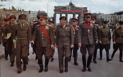 Marsz. Konstanty Rokossowski (w pierwszym rzędzie z prawej) w Berlinie w lipcu 1945 r.