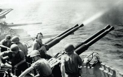 Działka przeciwlotnicze na amerykańskim okręcie strzelają do atakujących kamikaze