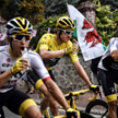 Ostatni etap tegorocznego Tour de France. Grupa Sky świętuje: od lewej: Michał Kwiatkowski, triumfat