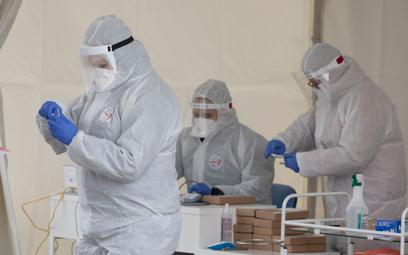 Pracownicy ochrony zdrowia w odzieży ochronnej