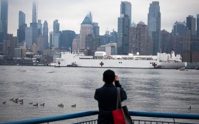W Nowym Jorku liczba zarażonych jest już tak duża, że na pomoc sciągnięto okręty szpitalne