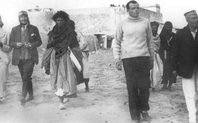 W Cape Juby pisarz (na pierwszym planie, w środku; zdjęcie z lat 30.) dobrze poznał Pustynię. 15 lat