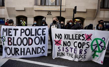 Demonstracja przed sądem w Londynie, gdzie odbywał się proces Wayne'a Couzensa