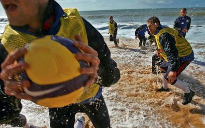 W przeddzień spotkania z Litwą Beenhakker zarządził mecz w rugby na atlantyckiej plaży, choć woda by