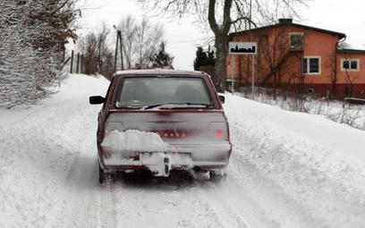 Mandaty dla kierowców za grzanie silnika, śnieg na dachu i brudne szyby